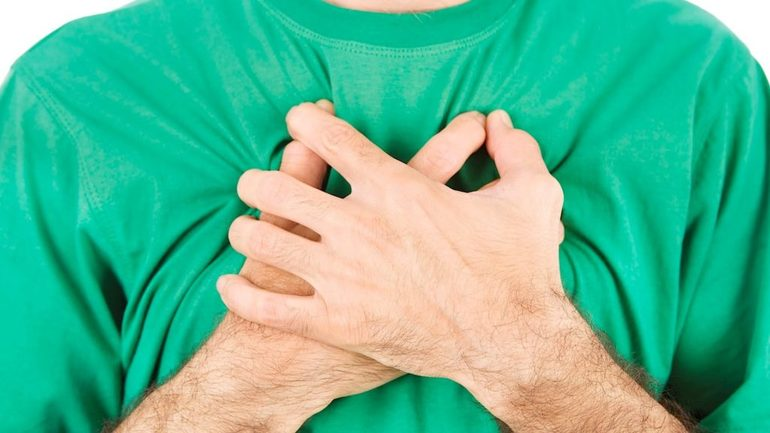 Наличие у пациента сильной боли за грудиной,
