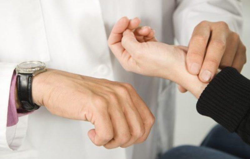 врач проверят пульс пациента