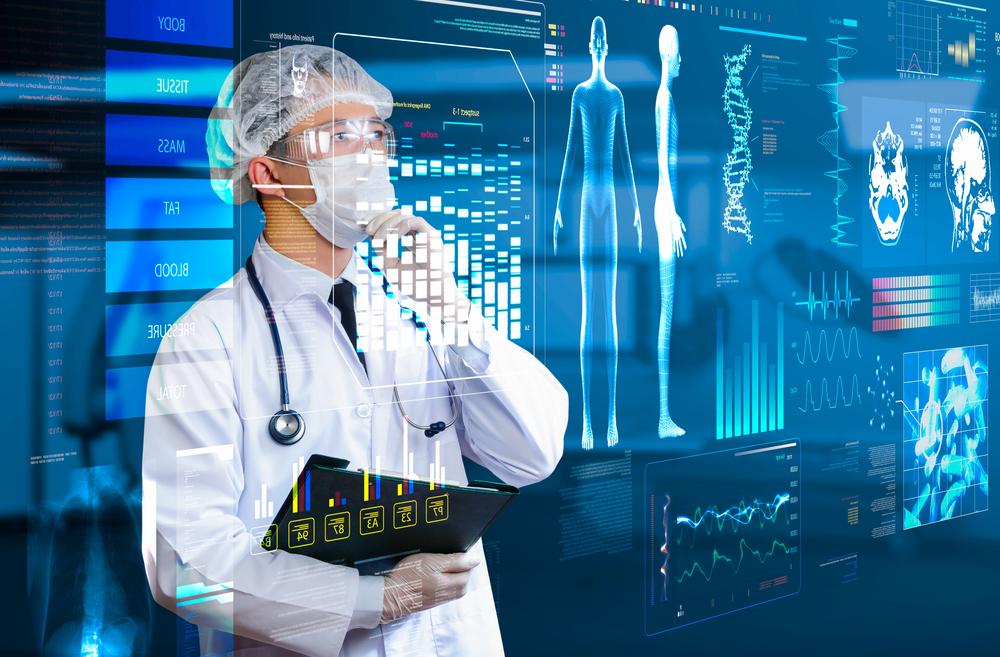 врач возле компьютера