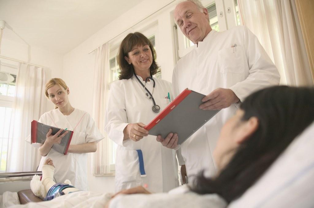 врачи смотрят анализы больного