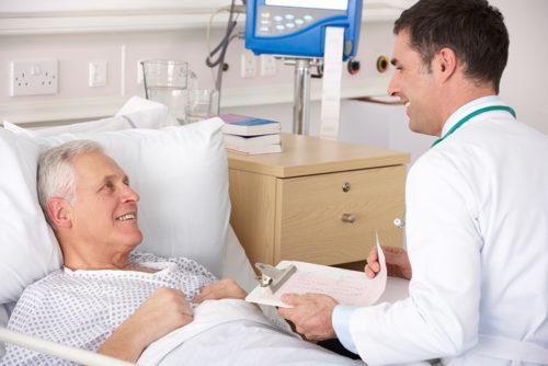 мужчина лежит в больнице