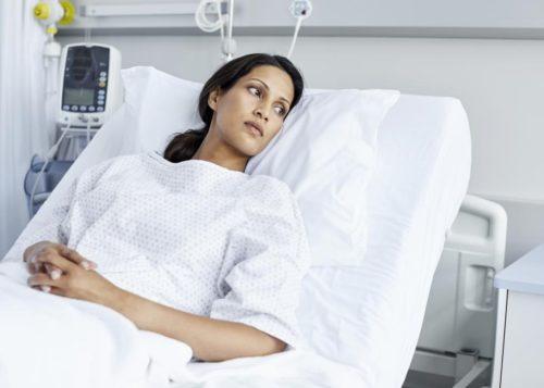 лежит в больнице