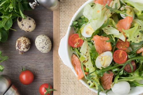 салат с зеленью и рыбой